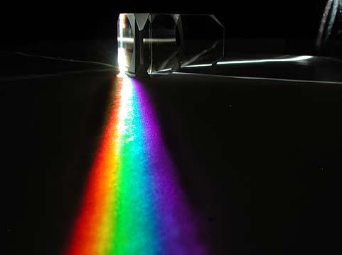 Al pasar la luz blanca por un prisma, esta se difracta en todos sus colores o longitudes de onda. Imagen: Andrew Davidhazy
