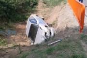 Vetura del jashtë rruge në Suharekë, lëndohen dy persona