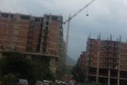 Skandaloze: Materiali ndërtimor bartet mbi kokat e kalimtarëve në Prizren