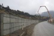 Fillon ndërtimi i murit mbrojtës në rrugën Rahovec-Drenoc