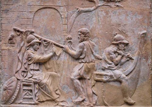 La construction du vaisseau Argo par Athéna (à gauche), Tiphys (au centre) et Argos (à droite), relief romain en terre cuite, ier siècle apr. J.-C., British Museum