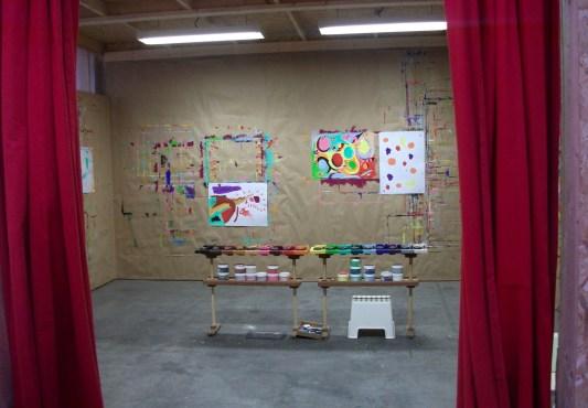 à l'entrée de l'atelier d'expression libre, derrière les rideaux rouges