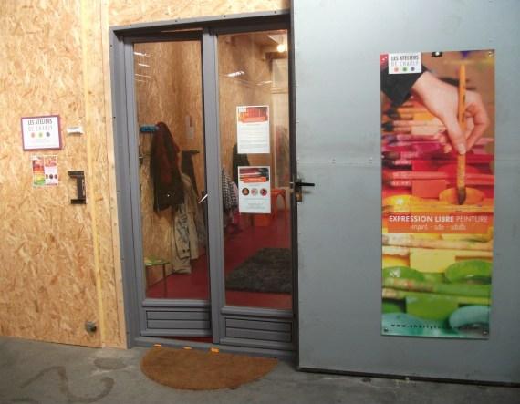 Devant la porte des ateliers de Charly à la Morinerie