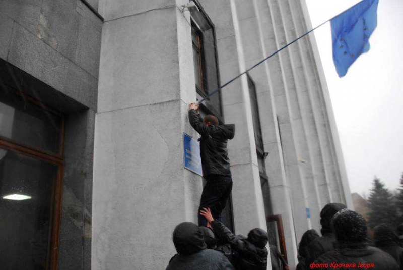 Грудень 2013 року. Степан Барна вивішує прапор ЄС на приміщенні облради