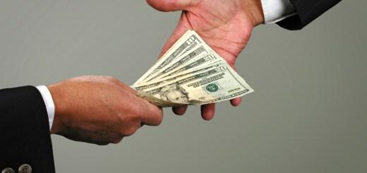 dinero-pasando-de-mano-a-mano-pie-verdadera-delincuencia-organizada