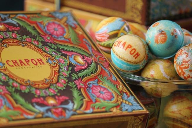 箱もチョコレートも色鮮やか