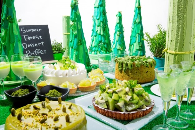 ハートチャクラとも呼ばれる第4チャクラの色「緑」をテーマに、緑色の食材を取り入れて生き生きとした夏の森を表現するデザートブッフェ。