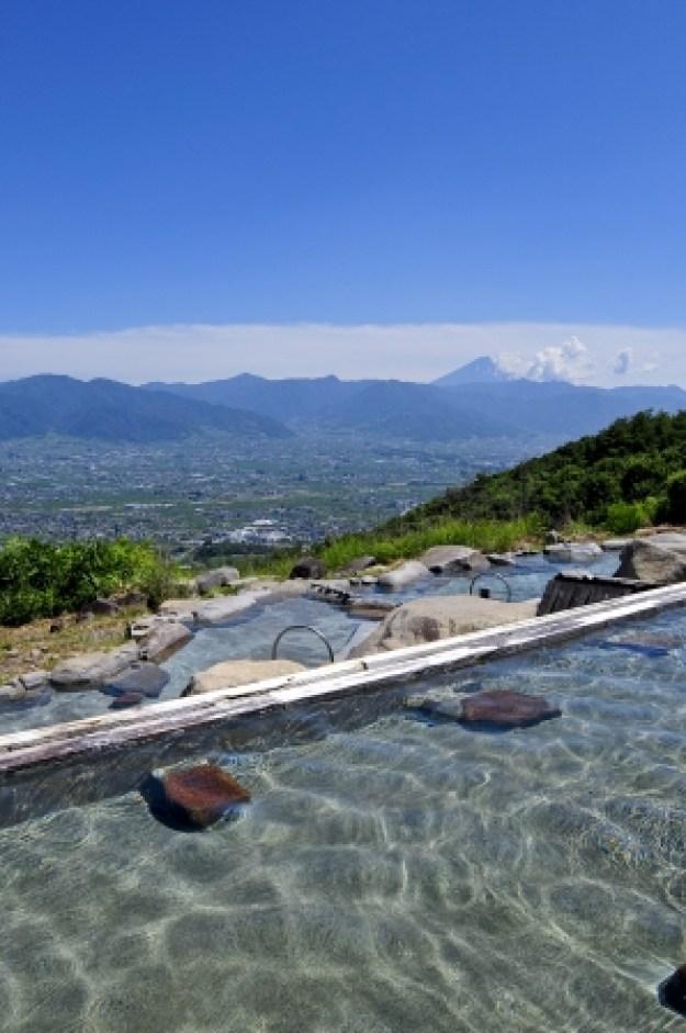 広大なパノラマが楽しめる大人気の温泉「ほったらかし温泉」。甲府盆地を見下ろす雄大な眺望は、右手に富士山、左手に大菩薩嶺を望み、夜や美しい夜景と星空が楽しめる