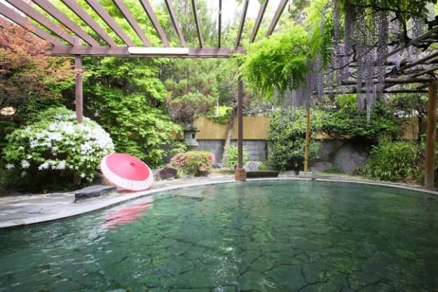 開放的で自然を感じながら温泉を楽しめる鹿教湯藤館 大野天風呂「文殊」