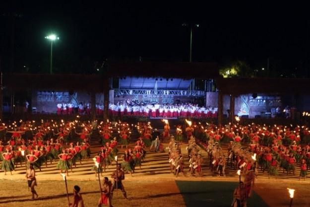 オープニング・セレモニーで踊りを披露する グアムの600人のダンサー