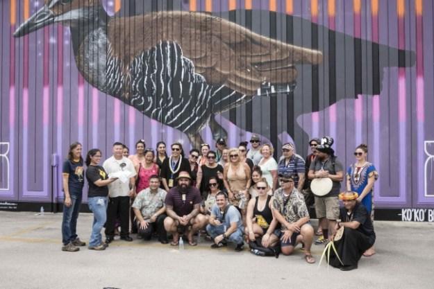 ニュージーランドのアーティストによる グアム固有種の鳥「ココ」の絵画制作