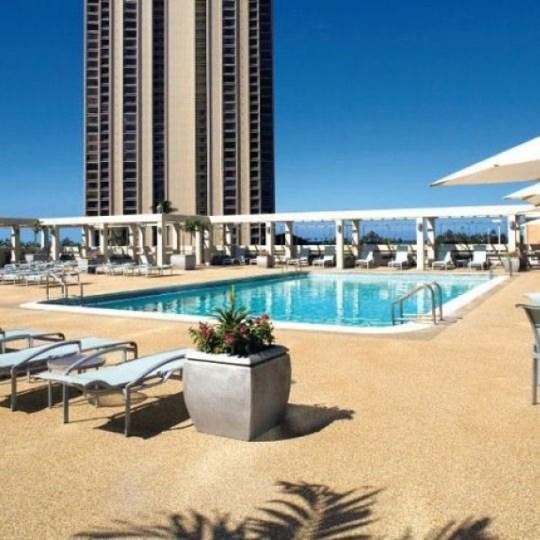【ハワイ・グアム4位:アラモアナ ホテル】サンデッキスペースが広くとられ、開放感のあるプール(ご利用時間は日没まで)