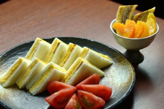 名物厚焼き玉子サンドと 昔ながらの濃いトマトに旬のフルーツを添えて 950円