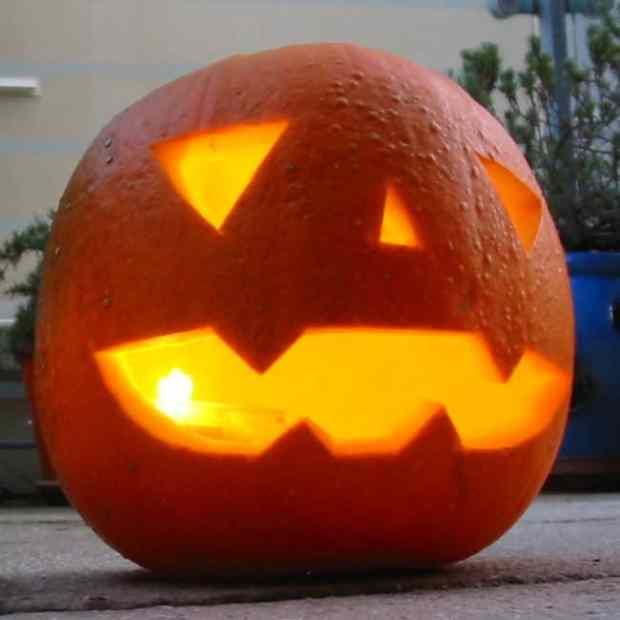 57fb3fce17dd2 - Forget Pumpkins, Pineapple Jack O' Lanterns Are The Latest Hallowe'en Trend