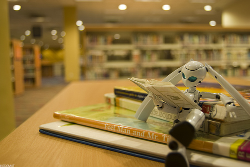 Robot-reading-in-the-library_Storytelling-resources-from-The-Content-Marketeer