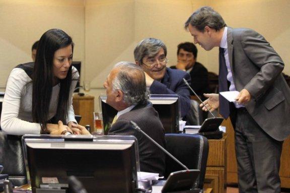 La Superintendenta de Quiebras y el Ministro de Economía conversan con los parlamentarios.