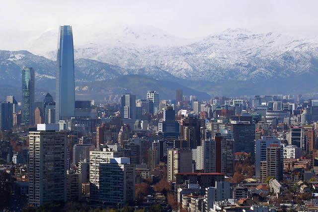 06 de Agosto de 2014/SANTIAGO Luego del frente de mal tiempo de esta maÒana que  trajo lluvias en Santiago se pudo ver la cordillera nevada en un cielo casi despejado.  FOTO: FELIPE FREDES FERNANDEZ/AGENCIAUNO