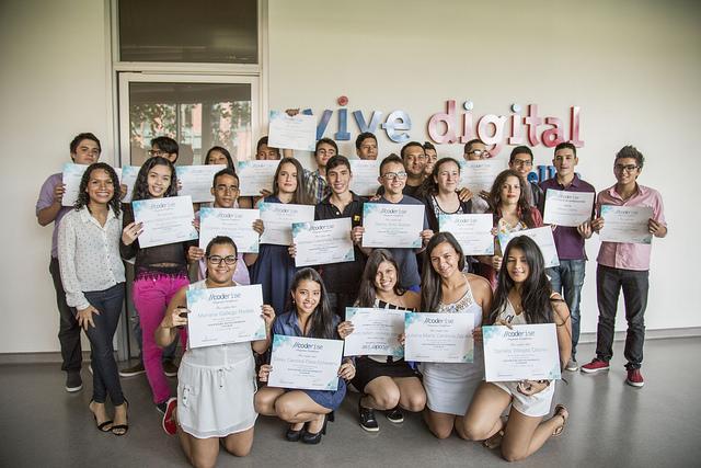 Egresados 2015 de Coderise Medellín, ONG que empodera a jóvenes enseñándoles a crear software. Foto Ruta N