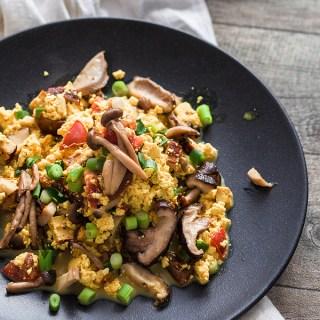 Scrambled Tofu with mushrooms, chives and tomatoes. The vegan scrambled egg alternative. Recipe on Purple Avocado