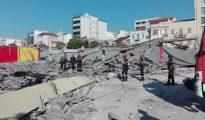 Πυροσβέστες ψάχνουν στα συντρίμμια μετά την κατάρρευση οροφής στα πρώην κρατητήρια στο παλιό λιμάνι της Πάτρας, που είχε ως αποτέλεσμα τον θανάσιμο τραυματισμό ενός άνδρα, την Παρασκευή 4 Αυγούστου 2017. Σε εξέλιξη είναι οι έρευνες των ανδρών της 6ης ΕΜΑΚ και της Πυροσβεστικής υπηρεσίας Πατρών, για τον εντοπισμό τυχόν εγκλωβισμένων μετά την κατάρρευση. Το κτίριο επρόκειτο να κατεδαφιστεί μέσα στο επόμενο τρίμηνο, σύμφωνα με όσα αναφέρουν τα τοπικά μέσα ενημέρωσης. ΑΠΕ ΜΠΕ/ΑΠΕ ΜΠΕ/STR