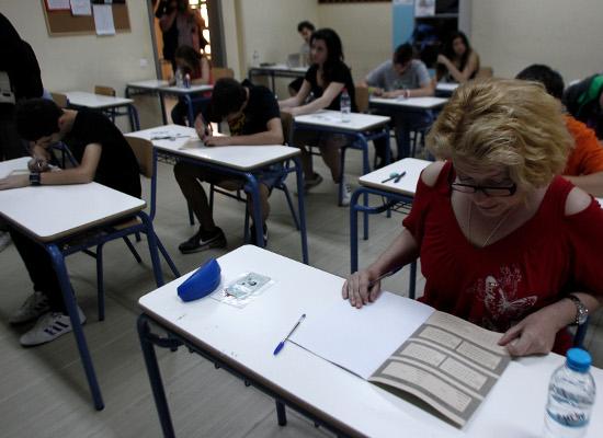 Μαθητές της Γ' λυκείου συμμετέχουν στις πανελλαδικές εξετάσεις στο 46ο Γενικό Λύκειο της Αθήνας, Δευτέρα 18 Μαΐου 2015. Πρεμιέρα σήμερα για τις Πανελλαδικές εξετάσεις με 105 χιλιάδες υποψηφίους να διεκδικούν μία από τις 68.345 θέσεις στην τριτοβάθμια εκπαίδευση (44.200 στα Πανεπιστήμια και 24.145 στα ΤΕΙ). ΑΠΕ-ΜΠΕ/ΑΠΕ-ΜΠΕ/ΑΛΕΞΑΝΔΡΟΣ ΒΛΑΧΟΣ