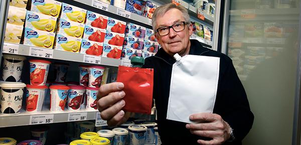 Qsjefen Bent poserer med youghurtposer i butikk