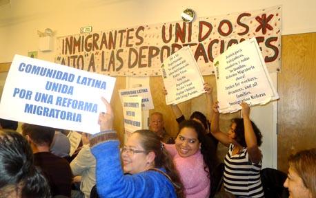 Miembros de Make the Road New York, en Queens, escucharon y celebraron el anuncio del presidente Obama de la reforma de inmigración. Foto Javier Castaño
