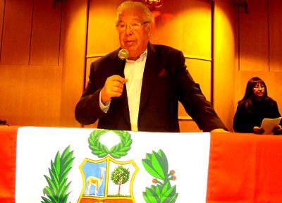 Julio Salazar, quien ve difícil la elección de un congresista que represente a los peruanos en el exterior. Al fondo está Leandra Requena. Fotos Javier Castaño