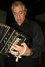 Raúl Jaurena en el Teatro Thalia de Sunnyside, Queens.