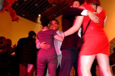 El artista Shaun Leonardo, al centro, bailando con una mujer que le pagó $2. Foto Javier Castaño