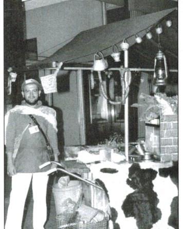 Oswaldo Gómez vendiendo arepas en la Roosevelt en 1985. Foto Javier Castaño