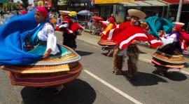 Ecuatorianos celebran con bengalas y abucheos