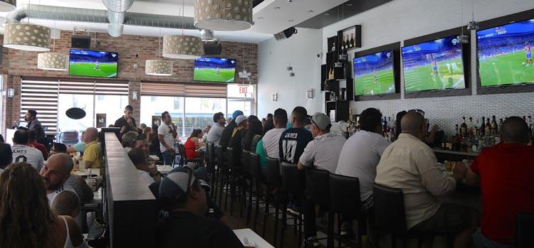 El Bachué es moderno y espacioso y tiene múltiples pantallas para ver los partidos. Foto Marcela Alvarez
