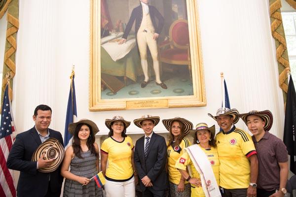 Colombianos trabajando en la Alcaldía de NY en ocasión de la Independencia de esa nación suramericana