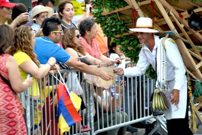 Algunos silleteros saludaron al público y también recibieron propinas.