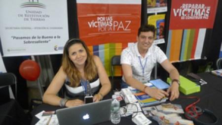 La mesa de información sobre restitución de tierras, punto clave del proceso de paz, atendida por Marcela Cuellar y Julián Canelo.