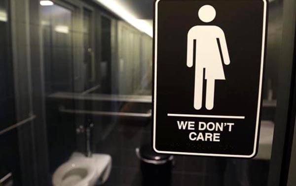 Juez bloquea 'ley del baño' en escuelas públicas de los EE.UU.