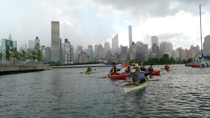 Paseo en kayak de latinos en el East River de Nueva York cortesía del North Brooklyn Boathouse Club