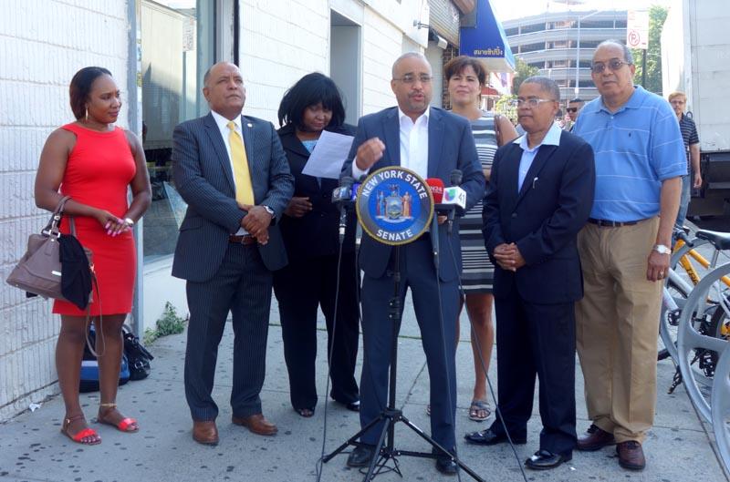 El senador José Peralta y activistas comunitarios anunciando el nuevo plan para limpiar la Roosevelt.