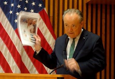 Stephen P. Davis mostrando las 30 páginas diarias de información de los periódicos de Nueva York.