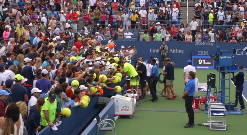 """El argentino Juan Martín Del Potro firma autógrafos a los niños en el Louis Armstrong. """"Esta cancha tiene mucha historia"""", dijo el campeón del Open 2009."""