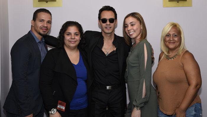 Brenda Mojica y su familia rodeando al cantante Marc Anthony.