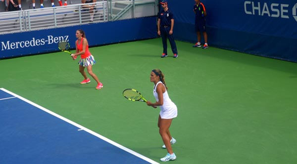 Mónica Puig, de blanco, y Mariana Duque-Mariño perdieron en primera ronda pero igual jugaron un buen partido. Foto Marcela Alvarez
