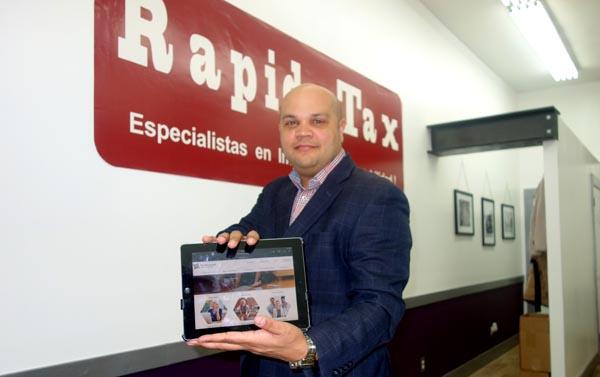 Guillermo de Jesús (CPA) en la oficina de Rapido Tax de Jackson Heights en donde se dictarán las clases para llenar planillas de impuestos.