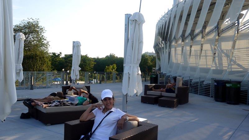 """Lilian Rivera, colombiana fanática del tenis y que vive en Sunnyside, hace la pausa en el coqueto """"lounge"""" del Grandstand. Foto Marcela Álvarez"""