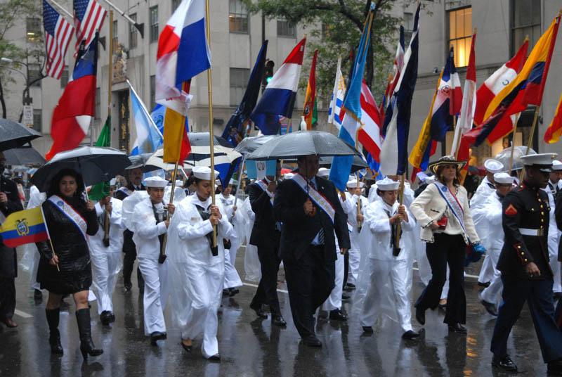 Algunos de los cónsules latinoamericanos también desafiaron la lluvia. Foto Humberto Arellano