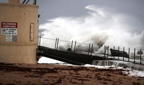 Huracán Matthew sigue avanzando sobre la costa este de EE.UU.