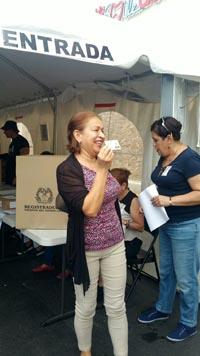 Una colombiana exhibiendo su comprobante de votación en El Bodegón de