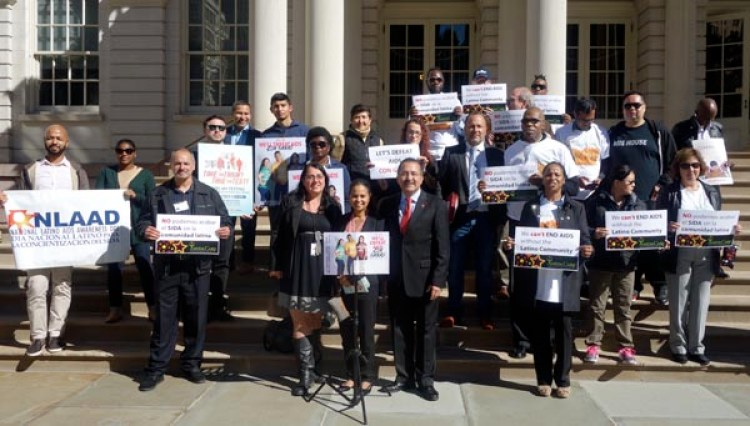 Representantes de la Comisión Latino sobre el SIDA y activistas comunitarios en las escalinatas de la Alcaldía de Nueva York promoviendo la campaña para que los latinos se hagan la prueba del HIV. Fotos Javier Castaño