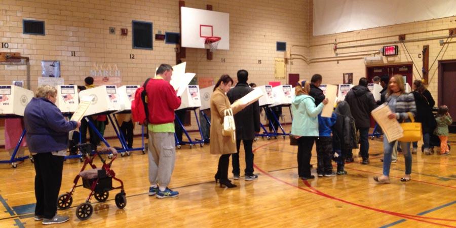 Votantes ejerciéndo su derecho de manera organizada.